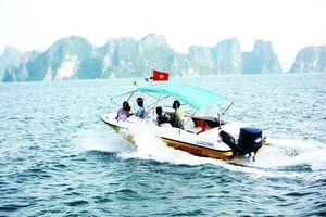 Xuồng cao tốc của Biên phòng chở khách trái phép vịnh Hạ Long - Cát Bà