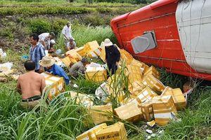 Lật xe khách, 20 hành khách thoát nạn