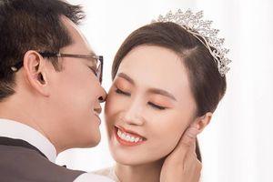 NSND Trung Hiếu tình tứ hôn lên má bạn gái kém 19 tuổi trong ảnh cưới