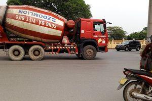 Clip, ảnh xe chở bê tông 'đại náo' nhiều cung đường giữa Thủ đô khiến người dân lo sợ