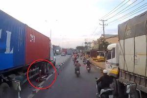 Xe máy cố vượt bị cuốn vào gầm xe container, tài xế thoát chết thần kỳ