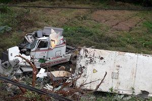 Xe container mất lái lao xuống vực ở Hà Giang