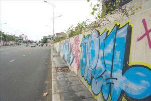 Con đường trăm tỉ ở Hà Nội vừa mở rộng đã chi chít hình vẽ graffiti