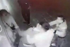 2 thanh niên trêu ghẹo, đập đầu cô gái liên tiếp vào cửa ở Hà Nội