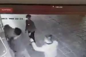 Truy tìm nhóm thanh niên túm tóc đập đầu, hành hung cô gái ở chung cư Linh Đàm