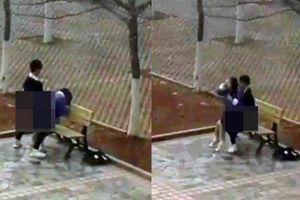 Đôi sinh viên TQ yêu đương nóng bỏng ngay trong vườn trường gây phẫn nộ