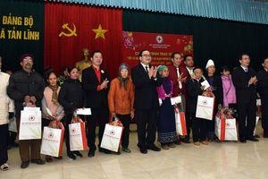 Tặng quà Tết cho các hộ nghèo huyện Ba Vì
