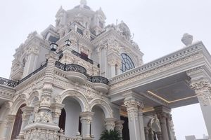Lâu đài khổng lồ của nhà cô gái đeo vàng trĩu cổ ngày cưới