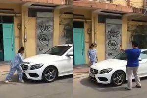 Cụ bà đập xe Mercedes đậu trước nhà: 'Tôi biết, tôi sai lắm rồi!'