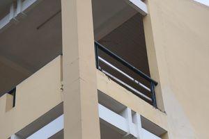 Nữ sinh lớp 9 bị mảng tường từ lầu 3 rớt xuống gãy chân
