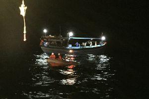 Tàu cá và 11 ngư dân gặp nạn ở nam Biển Đông, sóng biển cao 2-3m