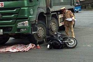 Va chạm với xe tải, cháu bé 2 tuổi tử vong
