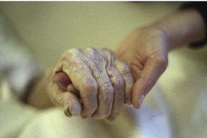 Bệnh nhân xin chết bằng thuốc chuột, ba người thân bị phạt tù