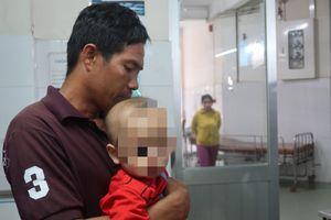 Mẹ vặn vòi pha nước, con trai bỏng nặng vì lao vào ấm nước sôi