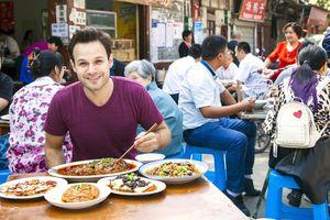 Khách Tây hướng dẫn cách ăn đặc sản 'rùng rợn' của người Việt