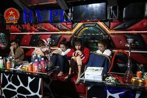 4 mỹ nữ và một gã trai tổ chức 'tiệc' ma túy trong quán karaoke Ga lăng