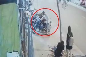 Thanh niên trộm xe máy chỉ 2 giây, chủ nhân đuổi theo trong vô vọng