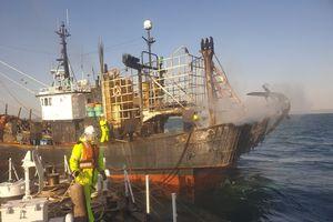 Tàu đánh cá Hàn Quốc bất ngờ bốc cháy, hai thủy thủ Việt Nam thương vong