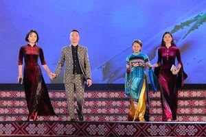 Áo dài họa tiết dân tộc Tày đẹp dịu dàng tại Lễ hội văn hóa thổ cẩm Việt Nam