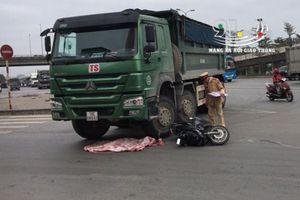 Va chạm với xe tải, bé trai 2 tuổi bị cán tử vong cực thương tâm