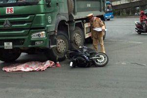Hà Nội: Xe máy va chạm với xe ben, bé 2 tuổi văng xuống đường tử vong