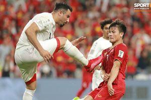 Công Phượng tranh cãi, xô xát với cầu thủ Yemen đòi công bằng khi Quang Hải bị đạp vào bụng