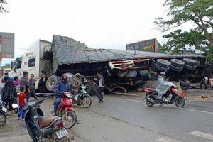 Ấm tình người vụ tránh xe máy chở gà, xe container chở xoài lật nhào ở QL1A