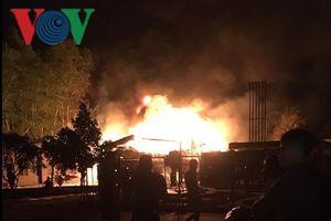 Xe bồn bỗng nhiên phát hỏa, trạm xăng dầu bốc cháy dữ dội