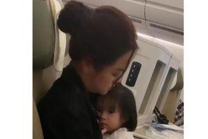 Chuyện showbiz: Phạm Quỳnh Anh lộ vẻ mệt mỏi khi chăm con trên máy bay