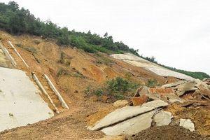 Taluy cao tốc La Sơn - Túy Loan sạt lở, đất đá tràn xuống mặt đường