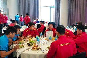 Tuyển Việt Nam đã tới Dubai, thưởng thức buffet trước buổi tập đầu
