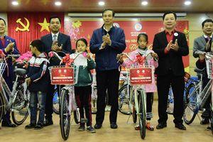 Phó Bí thư Thành ủy Đào Đức Toàn tặng quà Tết tại huyện Sóc Sơn