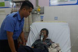 Bảo vệ bệnh viện 'bỏ việc' cõng bệnh nhân vào viện cấp cứu