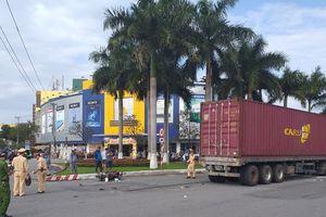 Xe tay ga bị cuốn vào gầm container, 2 mẹ con bị thương