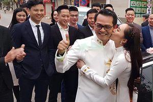 Trung Hiếu tình tứ bên vợ kém 19 tuổi trong lễ ăn hỏi
