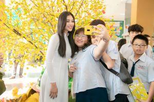 Hoa hậu Tiểu Vy giản dị áo dài trắng, được fan vây kín ngày về thăm trường