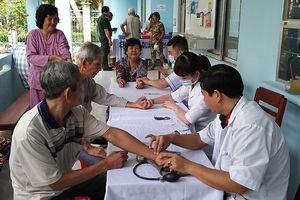 Khám bệnh, cấp thuốc cho 900 người nghèo