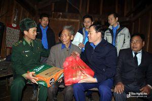 Hàng trăm suất quà hưởng ứng 'Tết vì người nghèo' ở xã vùng biên