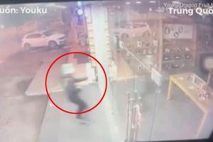 Tên trộm phi thân đâm vỡ cửa kính để lấy cắp điện thoại và cái kết đắng