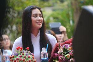 Hoa hậu Tiểu Vy 'thản nhiên' để mặt mộc, đầu tóc bù xù về thăm trường cũ