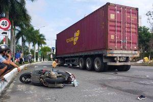 Bị xe container kéo lê khi qua vòng xuyến, hai mẹ con trọng thương