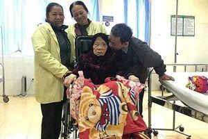 Kỳ tích: Lần đầu tiên tại Việt Nam, bệnh viện huyện mổ chữa gãy chân cho cụ 103 tuổi