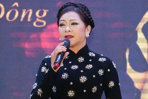 Như Quỳnh trổ tài nói giọng Huế, hát cải lương tặng khán giả