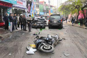 Xe 'điên' gây tai nạn liên hoàn tại Hà Nội, 1 người chết, nhiều người nhập viện
