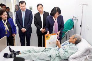 Phó Chủ tịch nước Đặng Thị Ngọc Thịnh thăm và tặng quà Tết bệnh nhân ung thư nghèo