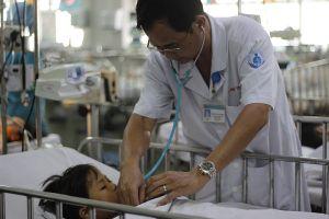 Thổi kèn nhựa, một bé trai 6 tuổi bị ngưng tim, ngưng thở
