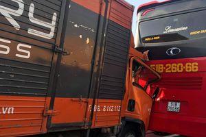 Xe tải chuyển phát nhanh tông xe khách chở hàng chục trẻ em trên cao tốc TP Hồ Chí Minh- Trung Lương