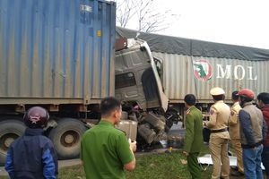 Quảng Trị: 2 xe container va chạm, 1 người tử vong trong cabin