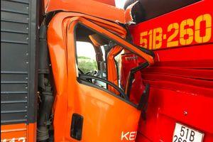 Xe tải bẹp dúm sau cú đâm xe khách chở hàng chục em nhỏ ở Long An