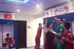 Cầu thủ Việt Nam nhảy múa ăn mừng trong phòng thay đồ: Văn Lâm, Trọng Hoàng, Hải Quế phấn khích nhất